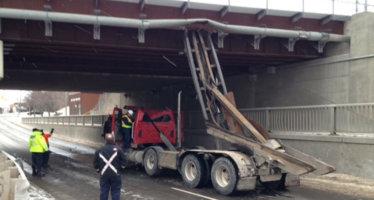 GTA: Un area nella zona di Martin Grove Road è chiusa dopo che l'autocarro con cassone ribaltabile ha colpito il ponte della ferrovia